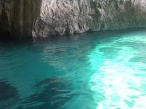 Gesundes hellblaues Wasser aus einer Grotte